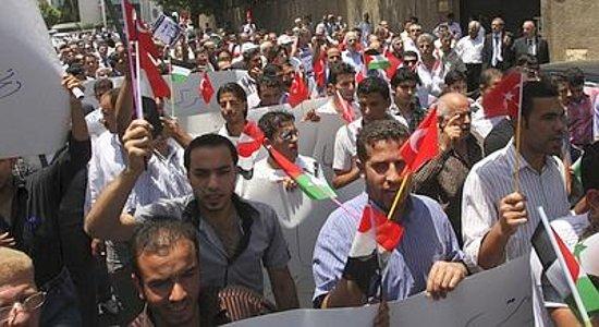 La Siria ha compiuto ieri un nuovo passo verso una sanguinosa guerra civile: gli osservatori delle Nazioni unite hanno annunciato di aver sospeso le loro missioni a causa dell'escalation di […]
