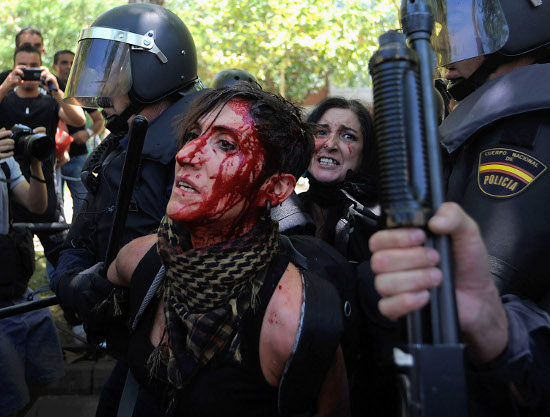 di Paola Totaro La Spagna taglia le tredicesime per il 2012 a parlamentari, alte cariche dell'amministrazione pubblica e impiegati. Gli addetti del pubblico impiego le recupereranno nei fondi pensione del […]
