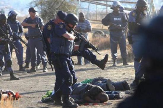 di Fabio Sebastiani Mentre non accenna a placarsi la tensione nelle miniere d'oro e di platino attorno a Johannesburg e i lavoratori allargano il fronte degli scioperi e delle mobitazioni, […]