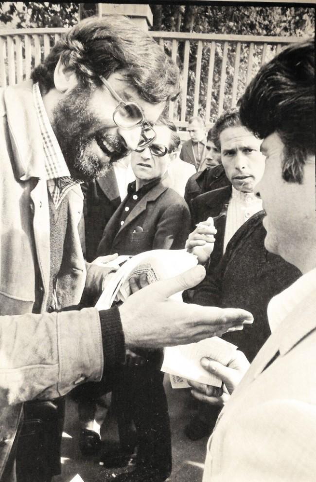 Mario Dalmaviva davanti ai cancelli della Fiat (1972, foto di Tano D'Amico)